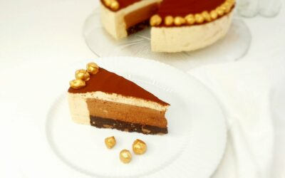 Eventyrlig lagkage med fløjlsblød chokolade-  og karamelmousse  og browniebund med ristede hasselnødder