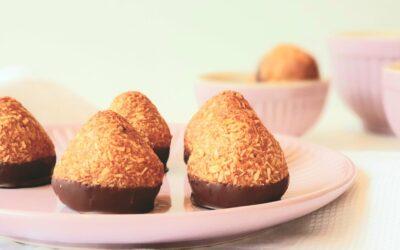 Små søde kokostoppe med daddelpasta, lime og ristet kokos